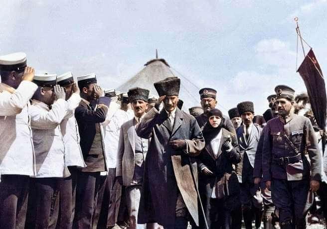 Atatürk Dumlupınar Resimleri - Tören Kıtasını Selamlıyor