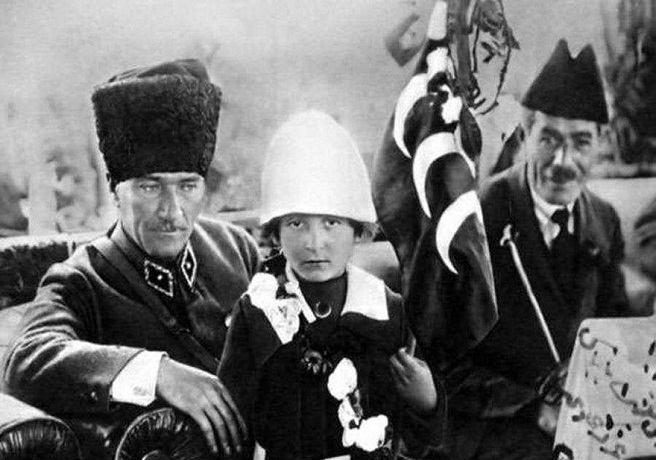 Atatürk'ün 23 Nisan'da Nuriye İdil ile Resmi